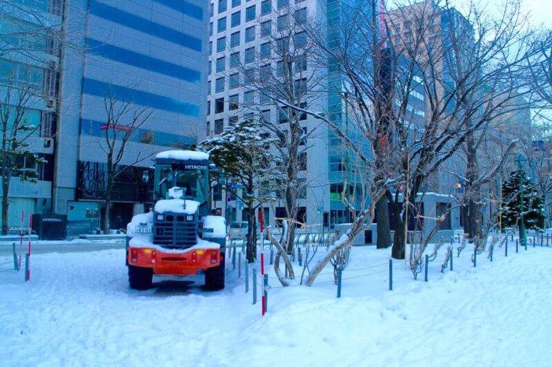 Alat berat pun digunakan untuk memindahakan salju yang menumpuk