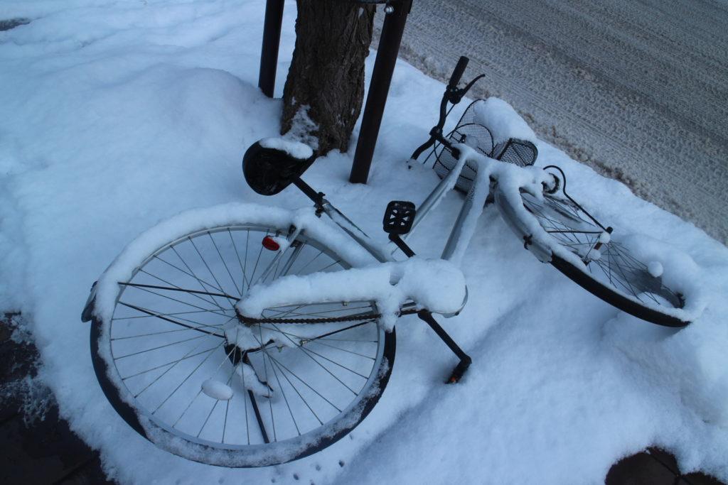 Sepeda yang hampir terkubur salju